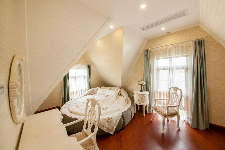 这个房间的大圆床非常特别,应该很讨女孩子的欢心.