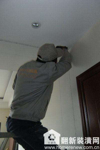 佳园装潢施工现场施工人员正在标记电路