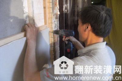 佳园装潢施工现场施工工人正在给墙面木龙骨固定打钉