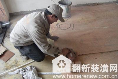 工人正在裁剪地面木板