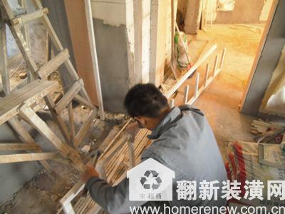 佳园装潢木工正在做木龙骨架