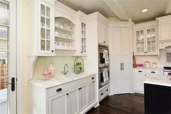根据水盆及电器的使用情况设计水电路,在厨柜相应的位置预留开口;根据